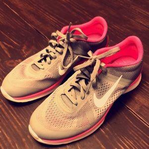 7.5 women's Nike tennis shoes